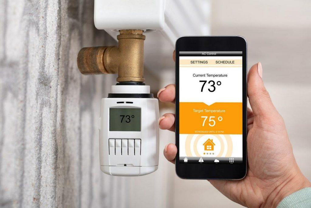 thermostat connecté et panneaux solaires