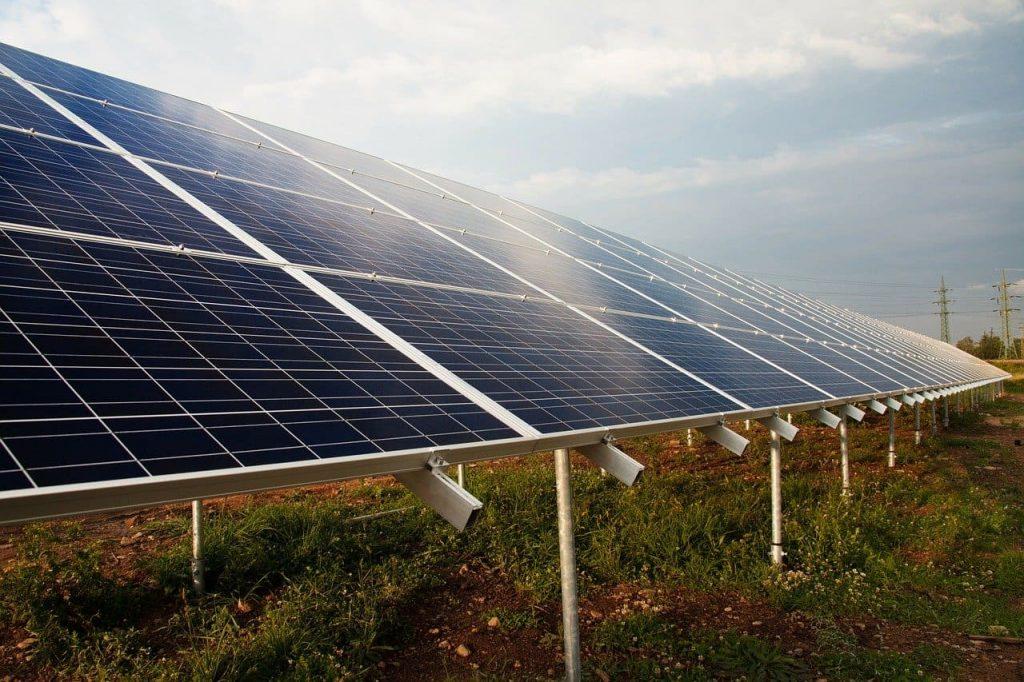 des panneaux solaires dont l'énergie est stockée virtuellement