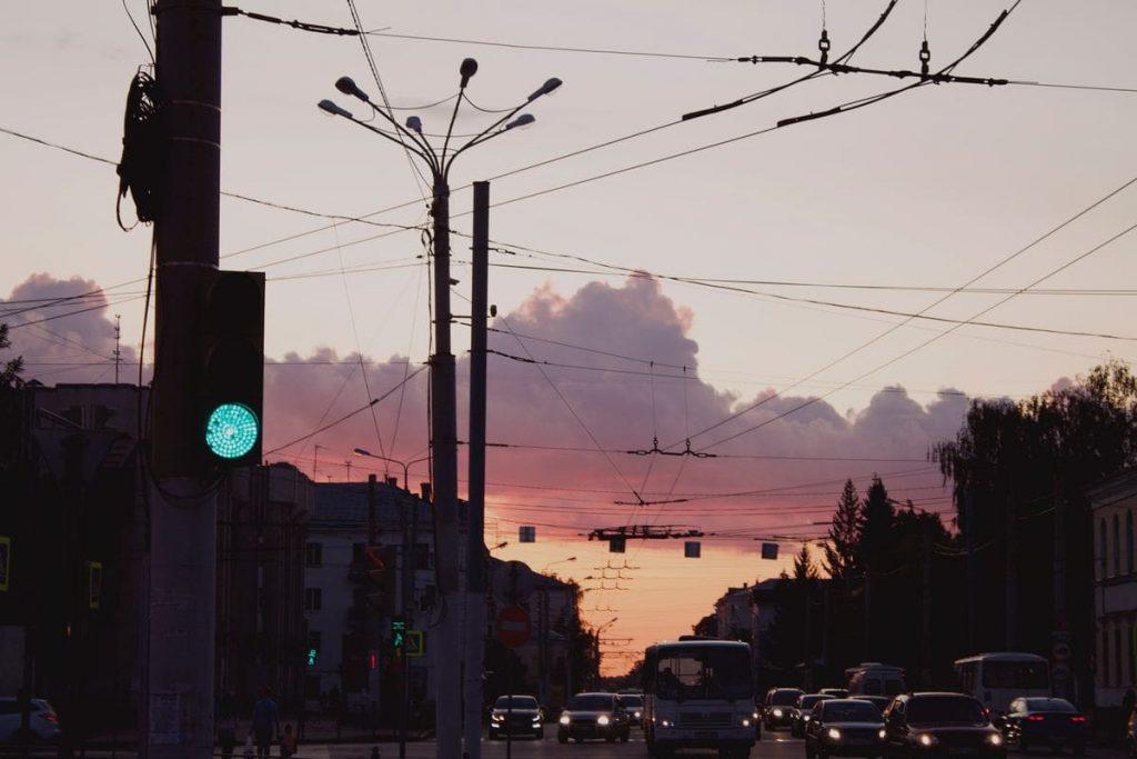 Energie solaire et mobilité verte, ville avec coucher de soleil
