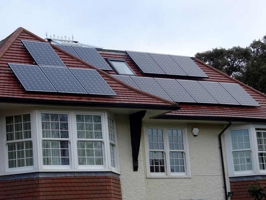Rénovation de toiture avec panneaux solaires