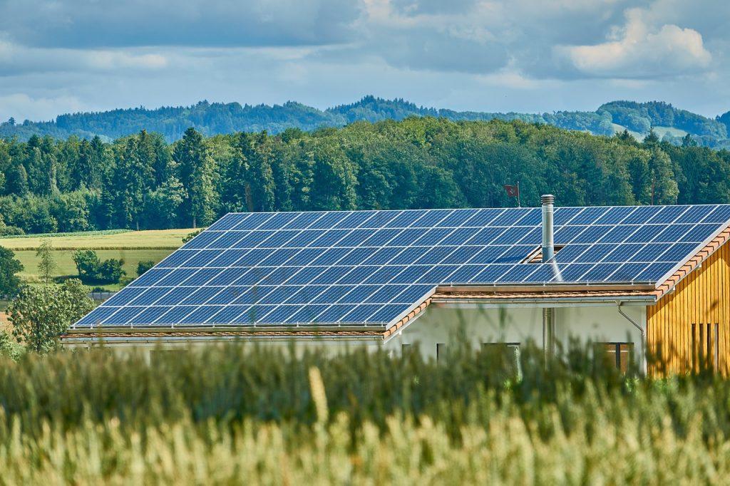 Panneaux solaires maison campagne