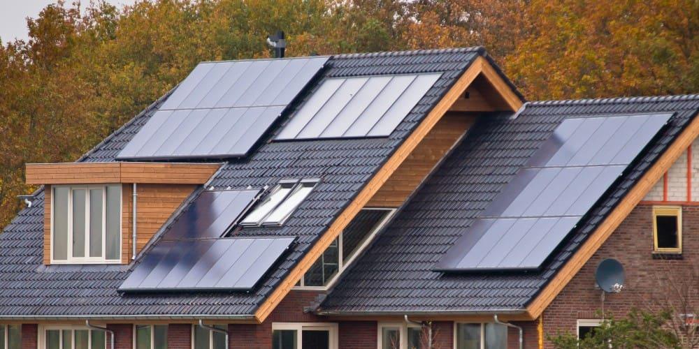 toit maison panneaux solaires photovoltaiques