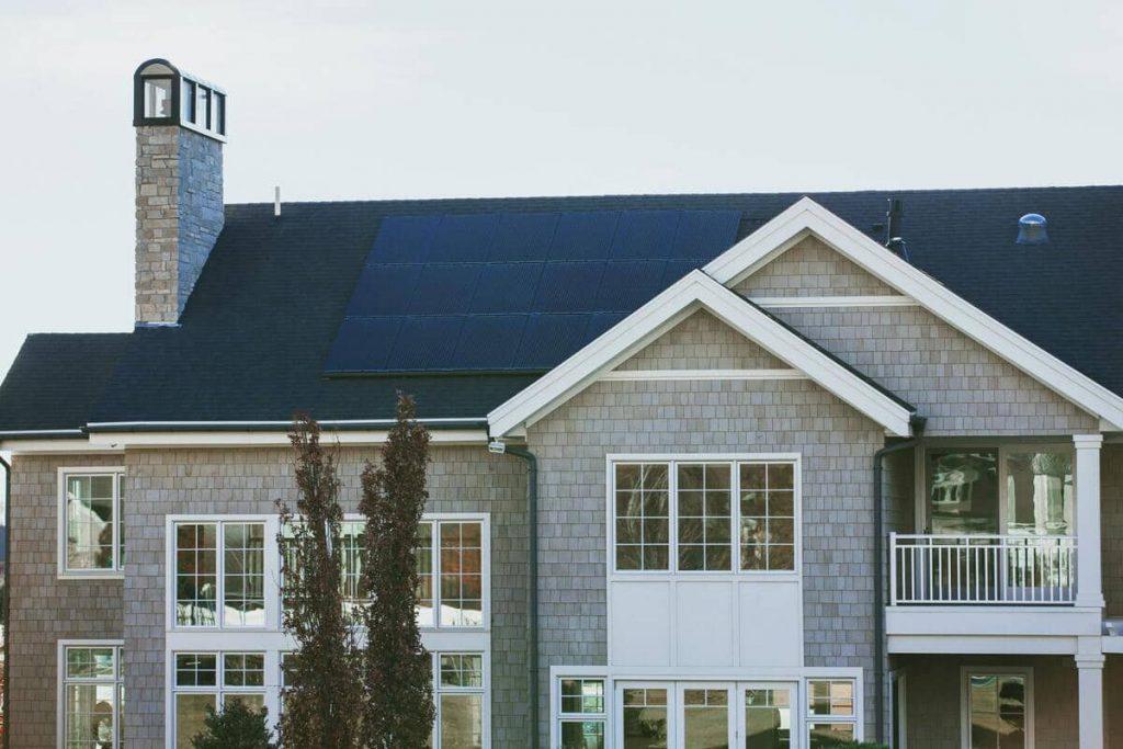 maison-toit-panneaux-solaires