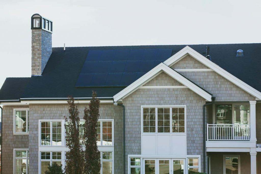 nettoyer les panneaux solaires d'une maison